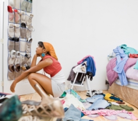 woman-surrounded-by-clutter-3-7-470-wplok
